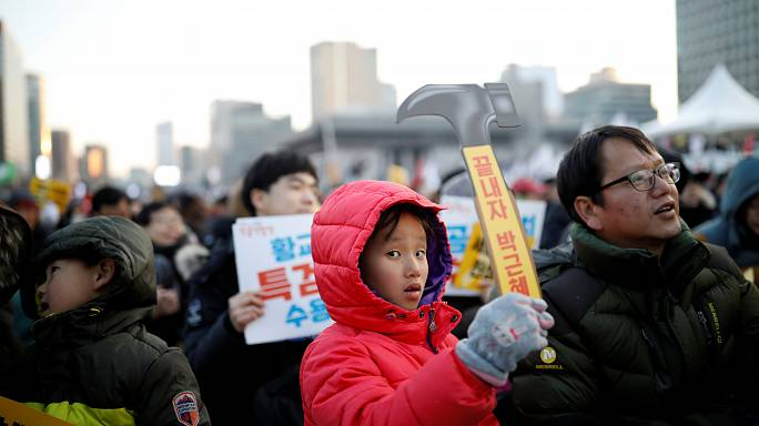 تظاهرات احتجاج حاشدة في العاصمة سيؤول بمناسبة الذكرى الرابعة لتسلم الرئيسة باك جون هاي مقاليد الحكم في كوريا الجنوبية.فيما تجمع عدد غير كبير في مكان ليس بعيدا عن الاحتجاجات تأييدا للرئيسة باك.الأزمة السياسية مستمرة، لكن باك لم تتراجع.السلطات كانت قد ألقت القبض على وريث شركة سامسونغ لي جاي يونغ بتهمة الرشوة وقضايا أخرى.القضية تتعلق بالفضيحة السياسية التي أدت إلى عزل الرئيسة باك، إذ أن سامسونغ متهمة بتقديم تبرعات إلى منظمة غير ربحية تديرها صديقة باك المتهمة. باك مازالت تماطل في الوعود التي قطعتها بشأن التحقيق بفضيحة فساد تتعلق بتدخل صديقتها في شؤون الدولة.تشوي سون سيل صديقة باك، تتركز حولها الأزمة بالإضافة إلى مساعدين سابقين للرئيسة.