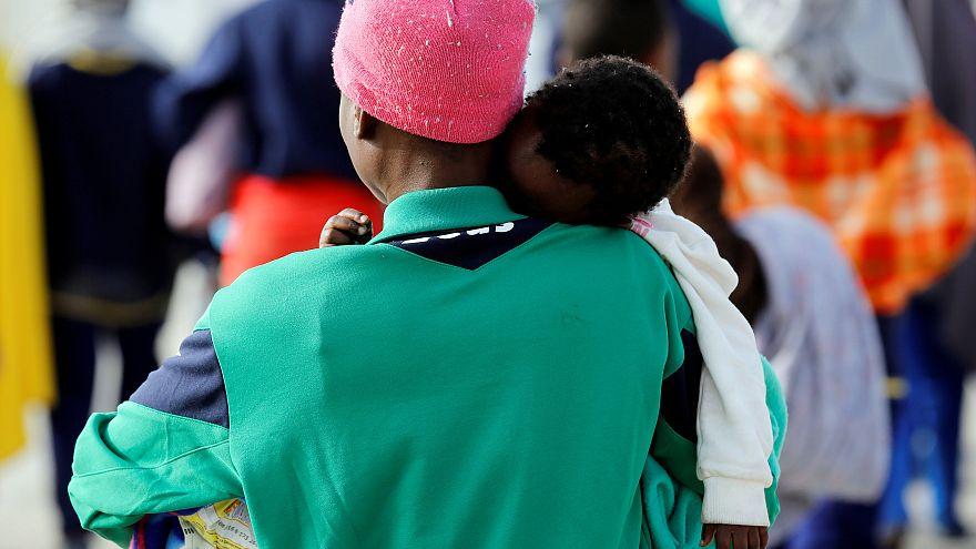 Италия: среди спасенных в море мигрантов - дети без родителей