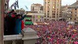 La ministra Segolène Royal lanza arenques en el carnaval de Dunkerque