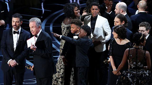 """""""Moonlight"""" se lleva el gran premio de los Óscar en una ceremonia de película"""