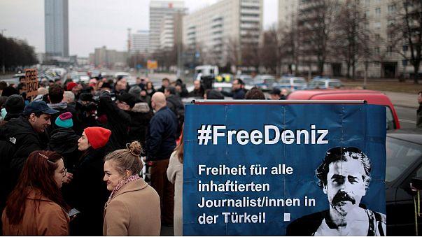 """Merkel califica de """"exagerada"""" la encarcelación de un periodista turcogermano en Turquía"""