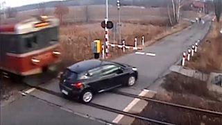 Polonya'da trenin araca çarpma anı saniye saniye görüntülendi
