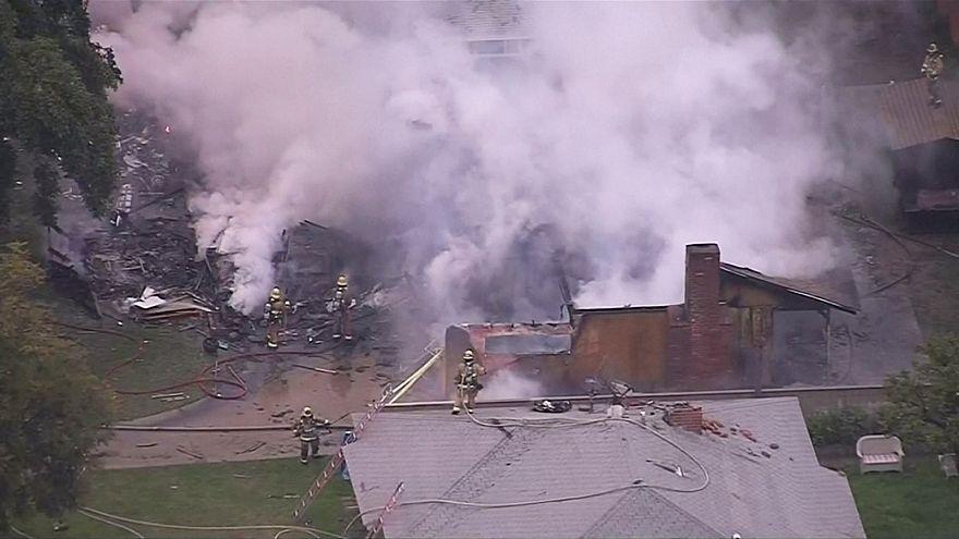 US-Kleinflugzeug stürzt in Wohngebiet - Mindestens 3 Tote