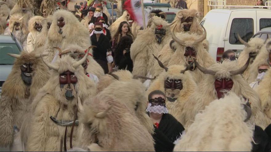 Ungarische Kleinstadt vertreibt Winter mit UNESCO-gelistetem Busójárás-Fest