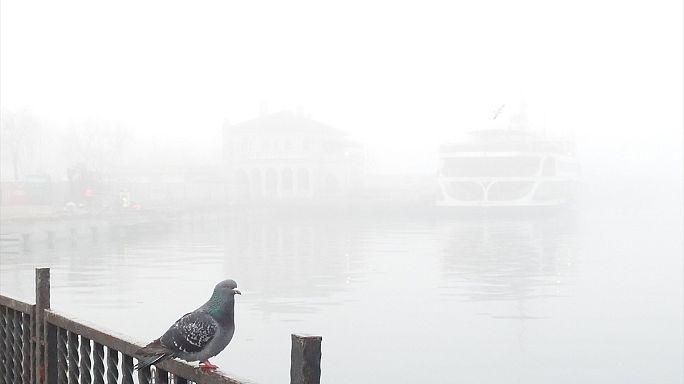 La densa niebla en Estambul afecta al tráfico aéreo y marítimo