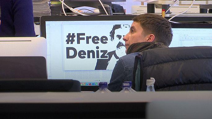 Merkel pide la liberación del periodista Deniz Yücel