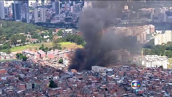 Un espectacular incendio destruye 50 casas en la segunda mayor favela de Sao Paulo