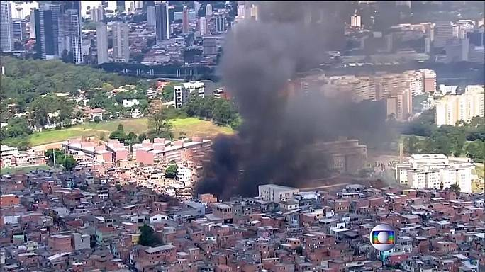 Fire sweeps through Sao Paulo slum