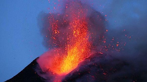 جبل ايتنا البركاني يضيء بالحمم سماء صيقلية