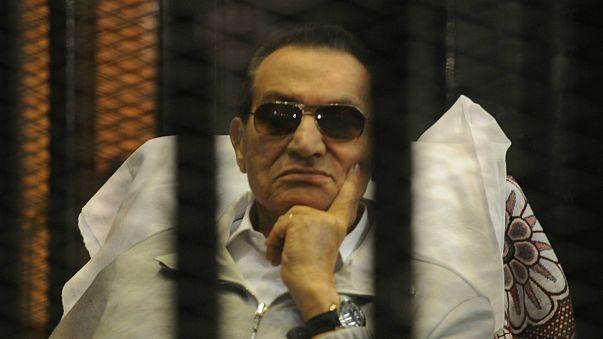 حسني مبارك داخل القفص مجدداً
