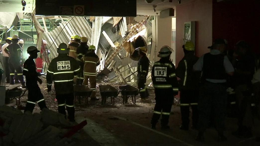 В ЮАР разбирают завалы после обрушения крыши больницы