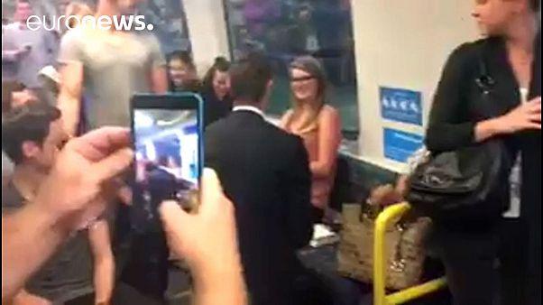 Metroda evlilik teklifi ilgi odağı oldu