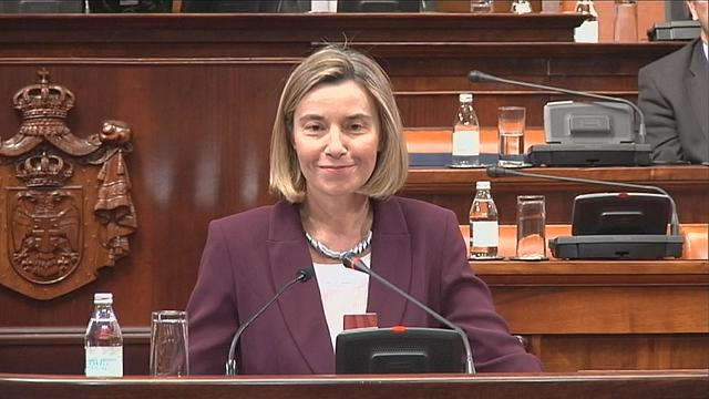 Mogherini Sırbistan parlamentosunda protesto edildi