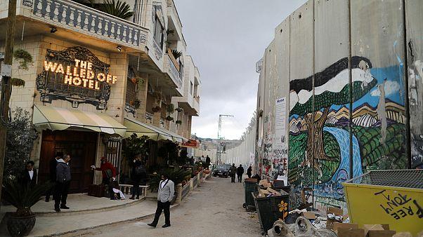 Betlehemben nyitott szállodát a világhírű graffitiművész, Banksy