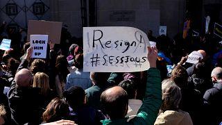 Demonstranten fordern den Rücktritt des US-Justizministers