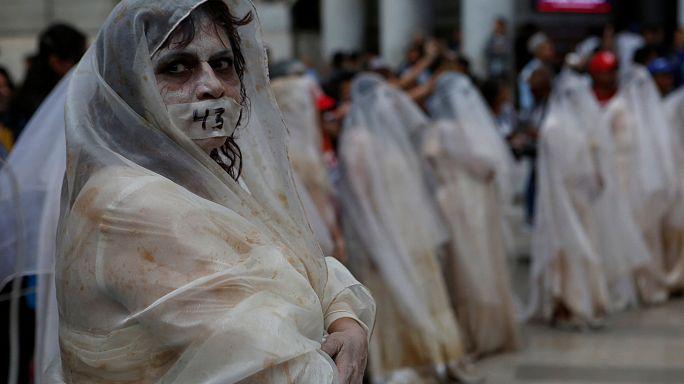 43 madri piangenti in piazza a Città del Messico in ricordo degli studenti scomparsi a Iguala nel 2014.
