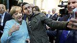 Germania. Un rifugiato siriano perde la sua battaglia contro Facebook non sarà costretto a cancellare questo selfie con Angela Merkel. In Germania, un rifugiato siriano perde in tribunale contro il gigante del web