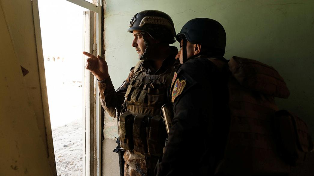 """Mosul, il premier iracheno visita il fronte. All'Isil: """"Arrendetevi o morirete"""""""