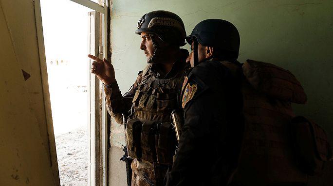 Al Abadi visita a las tropas iraquíes el día en que arrebatan al Dáesh la sede del gobierno regional en Mosul