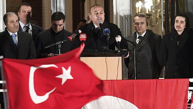 Le chef de la diplomatie turque fustige Berlin, en Allemagne