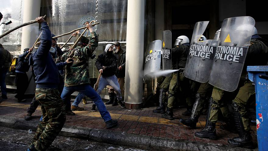 Yunanistan'da çiftçiler polisle çatıştı
