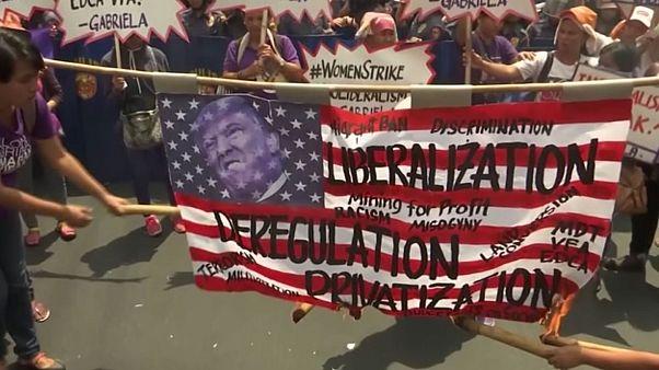 Aux Philippines, les femmes défilent contre Trump