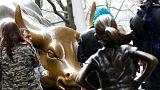 """No dia da mulher, """"A Rapariga Destemida"""" enfrenta touro de Wall Street"""