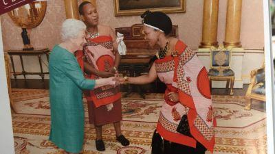 En se moquant de la tenue d'autorités du Swaziland, le magazine français Gala crée la polémique
