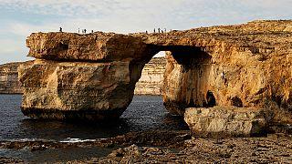 """انهيار هيكل """"النافذة الزرقاء"""" الصخري في مالطا"""