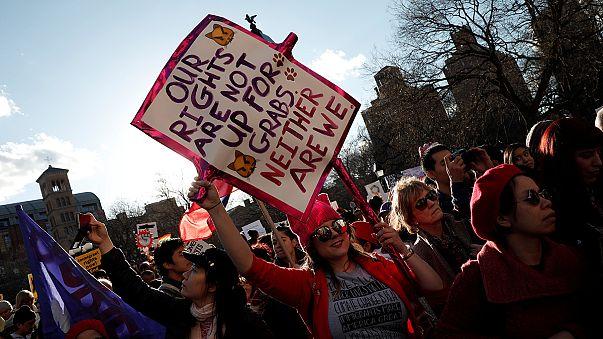 """EUA: Elas contra Trump no """"dia sem mulheres"""""""