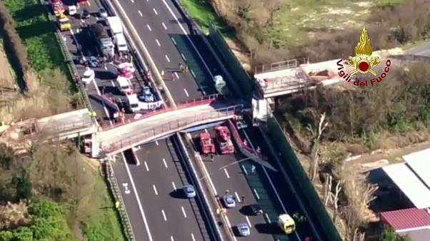 Autópályára omlott egy felüljáró Anconában