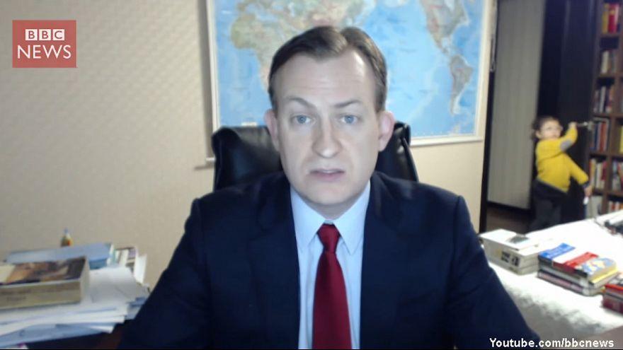 """Los hijos de un entrevistado se """"cuelan"""" en directo en la BBC"""