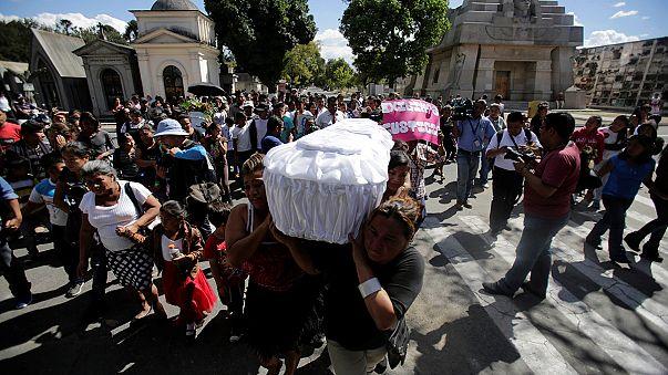 غواتيمالا: تشييع جثث بعض الفتيات اللواتي قضين في حادث اندلاع حريق في مأوى للقاصرين