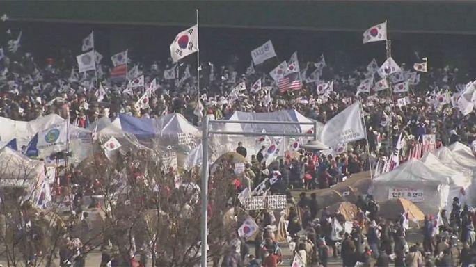 A menesztett államfő letartóztatását követelik sok ezren Szöulban