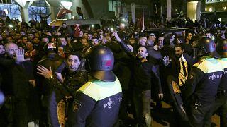 الشرطة الهولندية تفض تجمعات لأتراك في مدينة روتردام