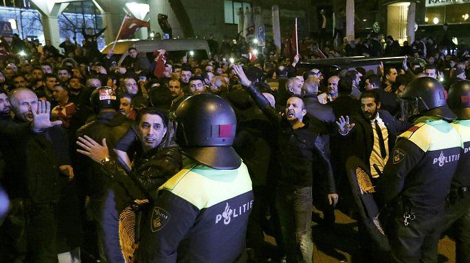 Polícia dispersa manifestantes do consuldado turco com canhões de água