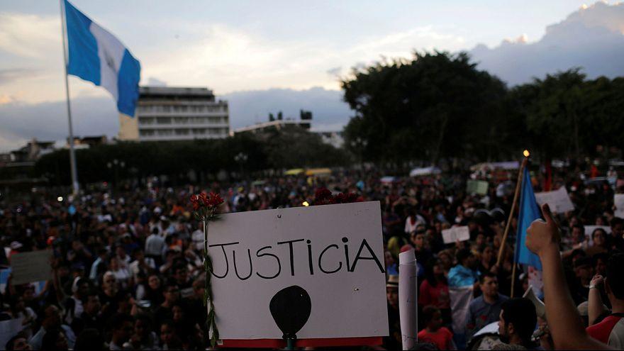Guatemaltecos exigem renúncia de presidente Jimmy Morales
