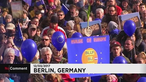 Milhares de manifestantes a favor da UE em Berlim