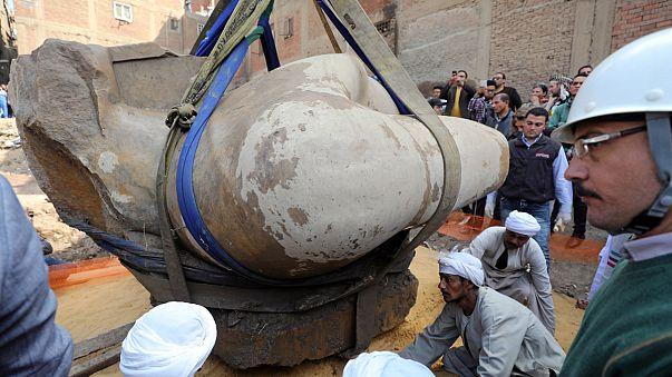 Felszínre hozták Kairóban a hatalmas fáraószobor torzóját