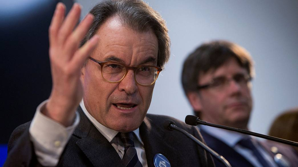 """Justiça espanhola condena ex-presidente catalão por """"referendo ilegal"""""""
