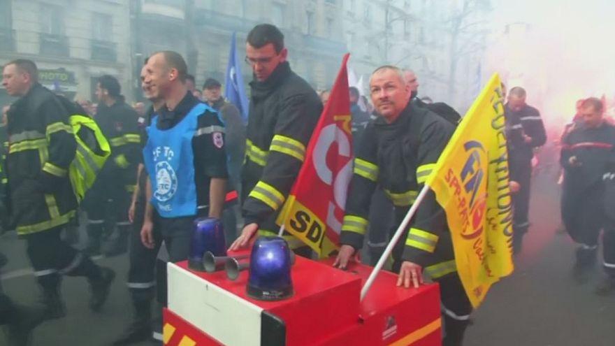 Parigi: vigili del fuoco in marcia per i loro diritti e contro i tagli