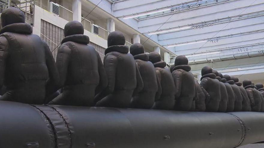 Un bateau géant de réfugiés, nouvelle oeuvre d'Ai Weiwei à Prague
