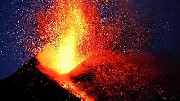 Turistas e jornalistas apanhados por explosão vulcânica no Etna