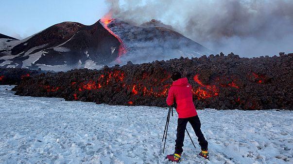 Виверження Етни: телеоператору лавою пропалило куртку