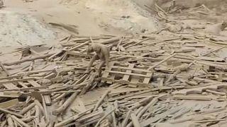 Donna peruviana in fuga da una colata di fango