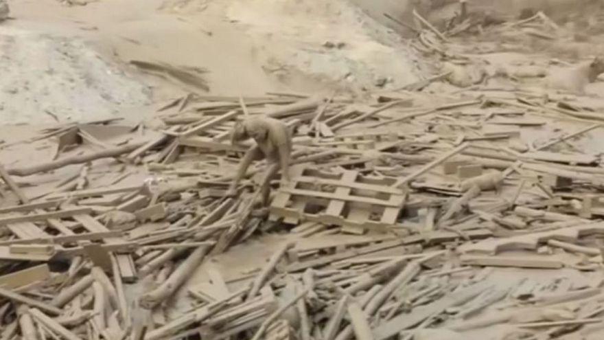امرأة بيروفية تنجو بحياتها من الانزلاقات الطينية