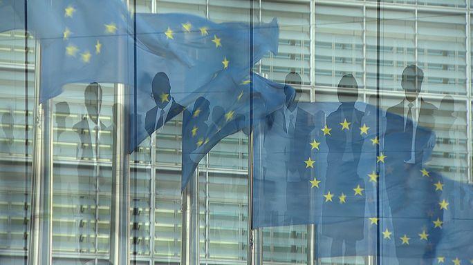 Власти ЕС обещают писать меньше директив и экономить на бюрократах