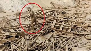 Mulher peruana escapa ilesa de deslizamento de terras