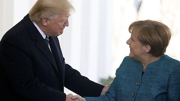 """Trump e Merkel, la """"strana coppia"""" alla Casa Bianca"""