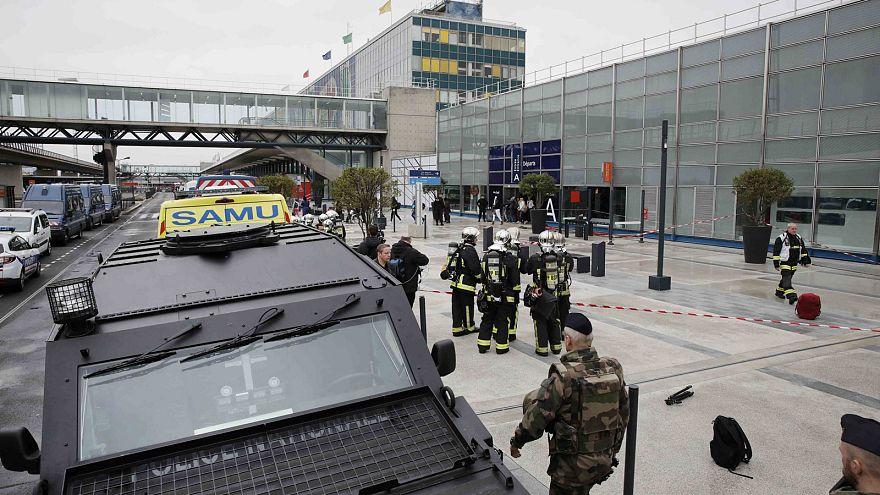 """الادعاء الفرنسي: مهاجم المطار صاح إنه جاء """"للموت في سبيل الله"""""""